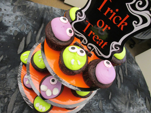 halloween-monster-cupcakes-table